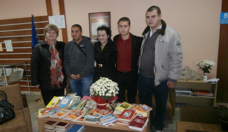 """Младежи от БСП в Област Пазарджик  дариха книги на Регионална библиотека"""" Никола Фурнаджиев"""""""